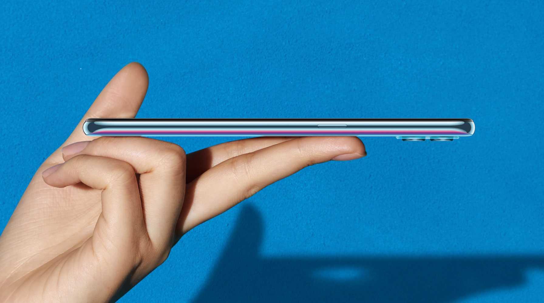 مع تصميم رفيع للغاية وملمس دائري سلس، توفر لك OPPO تقنيات التصميم الرائدة في هذا المجال هاتف أنحف وأخف وزناً من سلسلة OPPO A حتى الآن مع حواف ناعمة تمنحك راحة فائقة في اليد.
