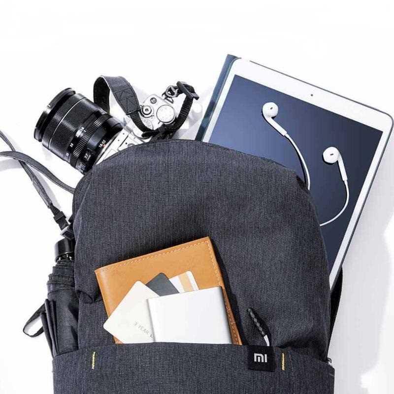حقيبة الظهر الصغيرة الملونة من شاومي بسعة 10 لتر، ما يكفي لحمل الكمبيوتر اللوحي ، الكاميرا،  مظلة وغيرها من العناصر, لا تشغل مساحة كبيرة ، وهي مريحة للسفر ، ويمكن تحميلها بسهولة في الحقائب الكبيرة.