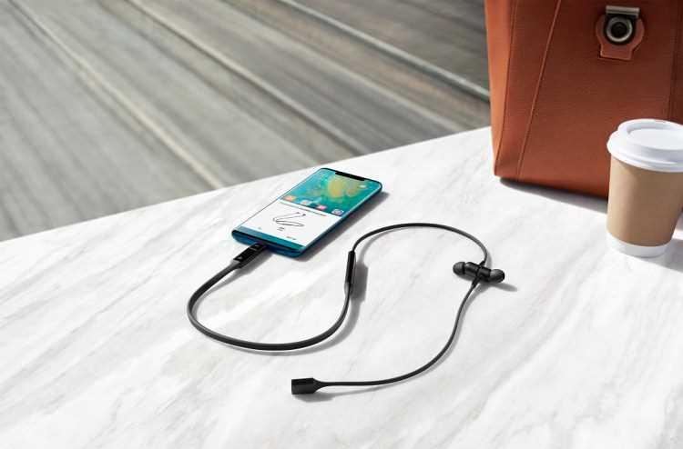 تقنية HiPair من هواوي بمجرد توصيل منفذ USB من النوع C المضمن والمزود بتقنية HUAWEI HiPair المطورة ذاتيًا بالهاتف، يمكن اقتران سماعة HUAWEI FreeLace على الفور وتكون جاهزة لشحنها عكسيًا عبر الهاتف في حالة الطوارئ أثناء ممارسة التمارين الرياضية.