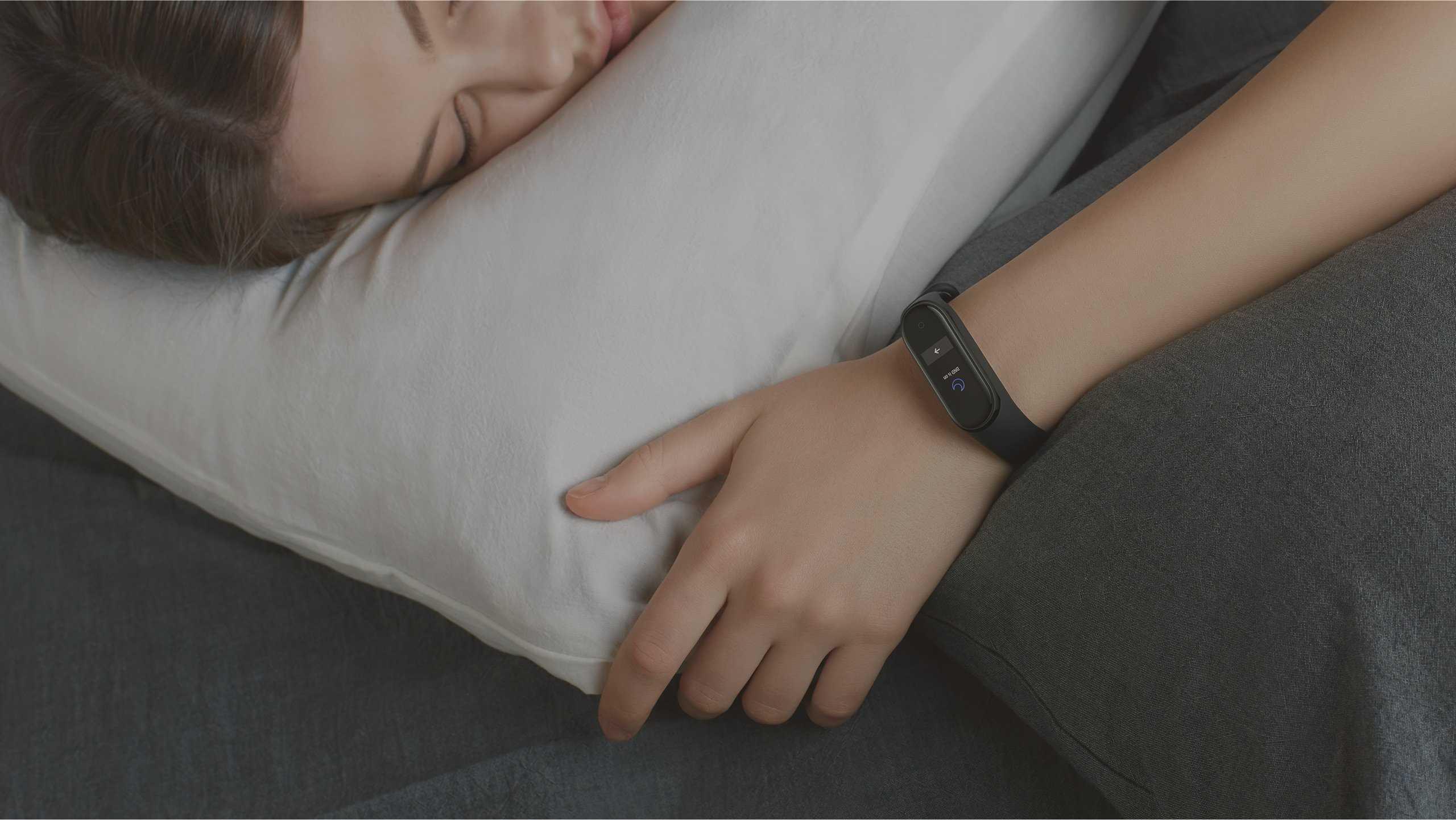 مراقبة النوم  يتتبع بدقة الضوء والنوم العميق وكذلك معدل ضربات القلب أثناء النوم لمساعدتك في ضبط أنماط نومك.